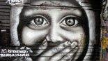 Mural- dzewczyna z zasłoniętymi ustami