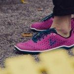 fioletowe buty na stopach